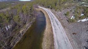 Flyg- sikt av det norska landskapet med floden i skog på solig dag lager videofilmer