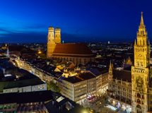 Flyg- sikt av det nya stadshuset och Marienplatzen på natten, Munic Arkivfoton