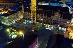 Flyg- sikt av det nya stadshuset och Marienplatzen på natten, Munic Royaltyfria Foton