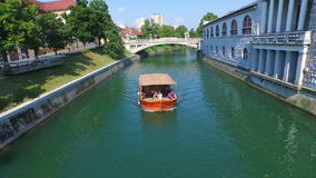 Flyg- sikt av det orange fartyget på Green River Ljubljana, Slovenien stock video