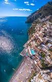 Flyg- sikt av det Positano fotoet, h?rlig medelhavs- by p? den Amalfi kusten Costiera Amalfitana, b?sta st?lle i Italien, lopp arkivfoto