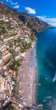 Flyg- sikt av det Positano fotoet, h?rlig medelhavs- by p? den Amalfi kusten Costiera Amalfitana, b?sta st?lle i Italien, lopp arkivbilder