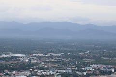Flyg- sikt av det sceniska berglandskapet i dimman med cityscape Arkivbilder