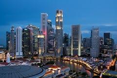Flyg- sikt av det Singapore affärsområdet och staden på natten in fotografering för bildbyråer