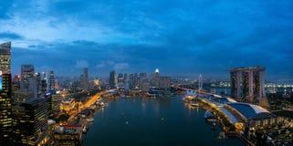 Flyg- sikt av det Singapore aff?rsomr?det och staden p? natten i Singapore, Asien arkivfoton