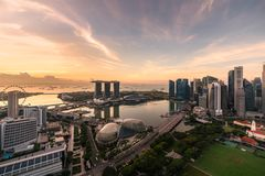 Flyg- sikt av det Singapore aff?rsomr?det och staden under soluppg?ng i Singapore, Asien arkivfoto