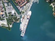 Flyg- sikt av det stora kryssningskeppet nära pir Royaltyfria Foton
