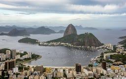 Flyg- sikt av det Sugarloaf berget, fartyg som svävar i den Botafogo fjärden, och cityscape, Rio de Janeiro arkivbild