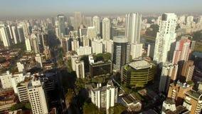 Flyg- sikt av det toppna fullsatt som befolkas och upptagen Sao Paulo stad i Brasilien stock video