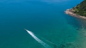Flyg- sikt av det tropiska havet för öfrikändblått Royaltyfri Bild
