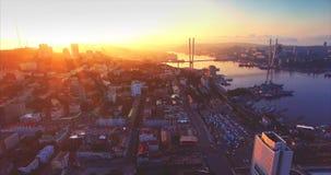 Flyg- sikt av det Vladivostok centret, guld- horn- hamn Soluppgång Ryssland arkivfilmer