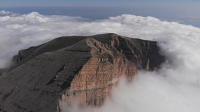Flyg- sikt av dimma i bergklyftan lager videofilmer