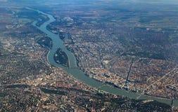 Flyg- sikt av Donauen som korsar Budapest royaltyfri foto