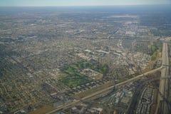Flyg- sikt av Downey, sikt från fönsterplats i ett flygplan Royaltyfri Foto