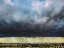 Flyg- sikt av dramatiska moln Arkivbilder