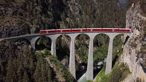 Flyg- sikt av drevet på den Landwasser viadukten, Schweiz lager videofilmer
