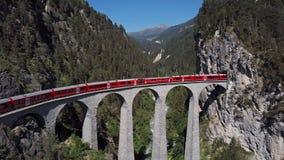 Flyg- sikt av drevet på den Landwasser viadukten, Schweiz stock video