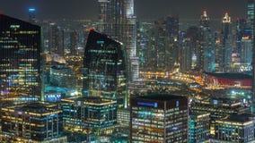 Flyg- sikt av Dubai i stadens centrum timelapse för natt för sjöområde och skyskrapor av den gamla stadön, från överkant Stads- s lager videofilmer