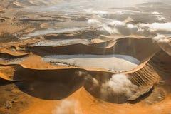 Flyg- sikt av dyerna av Sossusvlei royaltyfri fotografi