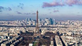 Flyg- sikt av Eiffeltorn- och Laförsvaret i Paris Fotografering för Bildbyråer