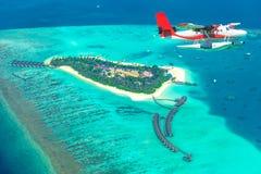 Flyg- sikt av en annalkande ö för sjöflygplan i Maldiverna Royaltyfria Bilder