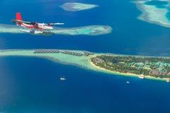 Flyg- sikt av en annalkande ö för sjöflygplan i Maldiverna Arkivfoton