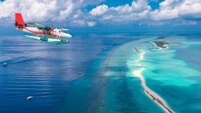 Flyg- sikt av en annalkande ö för sjöflygplan i Maldiverna Royaltyfri Foto