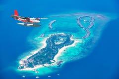 Flyg- sikt av en annalkande ö för sjöflygplan i Maldiverna Arkivbild
