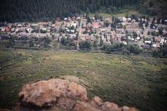 Flyg- sikt av en bergstad i Colorado arkivbild