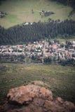 Flyg- sikt av en bergstad i Colorado arkivfoto