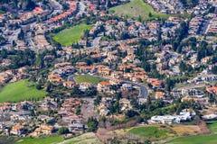 Flyg- sikt av en bostads- grannskap på en solig dag arkivfoton