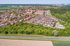 Flyg- sikt av en förort på utkanten av Wolfsburg i Tyskland, med terrasserade hus, halv-fristående hus och småhus, Royaltyfria Bilder