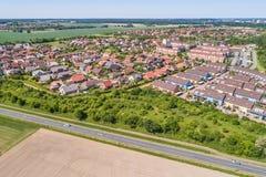 Flyg- sikt av en förort på utkanten av Wolfsburg i Tyskland, med terrasserade hus, halv-fristående hus och småhus, Royaltyfri Bild