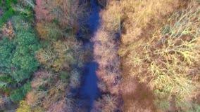 Flyg- sikt av en flod i La Vera, Extremadura Spanien lager videofilmer