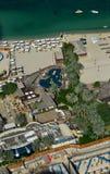 Flyg- sikt av en härlig havskust i Dubai royaltyfri fotografi