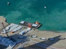 Flyg- sikt av en härlig havskust i Dubai royaltyfria bilder
