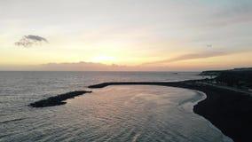 Flyg- sikt av en härlig solnedgång på kusten av en ö i Atlanticet Ocean Adeje Tenerife ö, Spanien arkivfilmer
