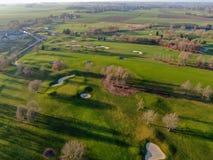 Flyg- sikt av en h?rlig gr?n golfbana royaltyfri foto