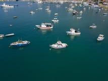 Flyg- sikt av en hamn med förtöjde fartyg fiska för fartyg Royaltyfri Bild