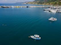 Flyg- sikt av en hamn med förtöjde fartyg fiska för fartyg Arkivfoto