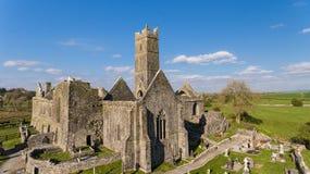 Flyg- sikt av en irländsk offentlig fri turist- gränsmärke, Quin Abbey, ståndsmässiga clare, Irland Royaltyfri Bild