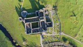 Flyg- sikt av en irländsk offentlig fri turist- gränsmärke, Quin Abbey, ståndsmässiga clare, Irland Royaltyfria Bilder