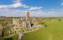 Flyg- sikt av en irländsk offentlig fri turist- gränsmärke, Quin Abbey, ståndsmässiga clare, Irland Arkivfoton