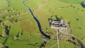 Flyg- sikt av en irländsk offentlig fri turist- gränsmärke, Quin Abbey, ståndsmässiga clare, Irland Fotografering för Bildbyråer