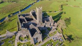Flyg- sikt av en irländsk offentlig fri turist- gränsmärke, Quin Abbey, ståndsmässiga clare, Irland Arkivbilder
