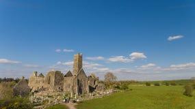 Flyg- sikt av en irländsk offentlig fri turist- gränsmärke, Quin Abbey, ståndsmässiga clare, Irland Royaltyfri Fotografi