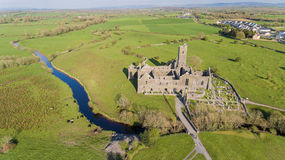Flyg- sikt av en irländsk offentlig fri turist- gränsmärke, Quin Abbey, ståndsmässiga clare, Irland Royaltyfria Foton