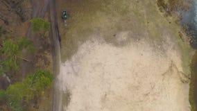 Flyg- sikt av en issjö i en pinjeskog med en sandig strand i tidig vår lager videofilmer