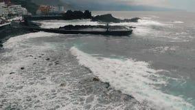 Flyg- sikt av en kustlinje med vågor i Spanien, på Atlanticet Ocean på ön av Tenerife lager videofilmer