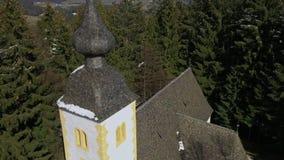 Flyg- sikt av en kyrka i bergen lager videofilmer